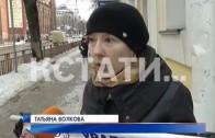 Плакат и сырая печенка стали оружием матери-одиночки в борьбе с банком