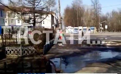 Спасая улицы от паводка, коммунальщики уничтожают детскую площадку