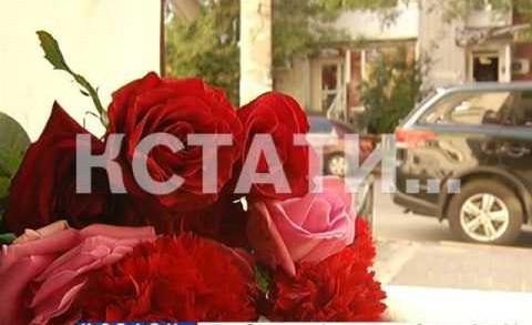 Нижегородцы сегодня несли цветы к французскому центру в Нижнем Новгороде