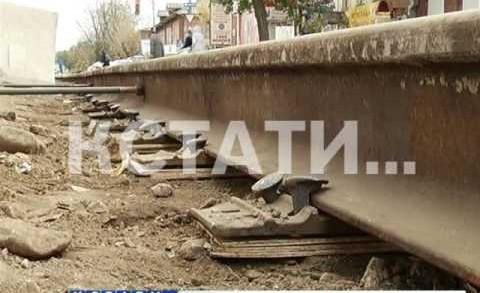 Смертельно опасный ремонт — трамвайные пути вместо шпал укладывают на фанеру