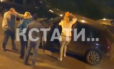 То избивали, то падали на колени — женщины возвращавшиеся с поминок напали на таксиста