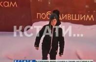 Памятник погибшим коммунальщики завалили грязным снегом, на благо города