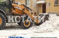 Снег вместе с асфальтом стали счищать коммунальщики во дворах