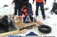 Сотрудники МЧС готовятся к спасению пьяных купальщиков.