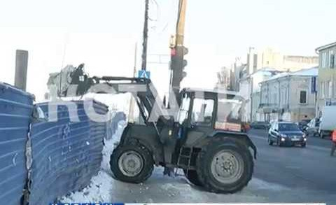 Противозаконные прятки — коммунальщики прячут грязный снег на набережной