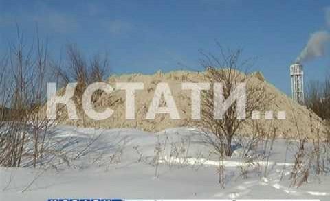 В Нижегородском районе, за крупным торговым центром выросла гора грязного снега.