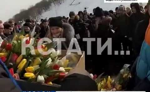 Одна лестница и сотни мужчин превратились в поздравительную открытку ко дню восьмого марта