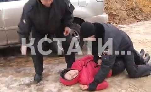 Женщина, у которой приставы отбирали автомобиль, бросилась под колеса своего «лексуса»