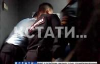 Задержанный в РУВД снял, как полицейские избивают мужчину, обратившегося к ним за помощью