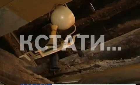 Рухнувший в жилом доме потолок завалил и травмировал жителей