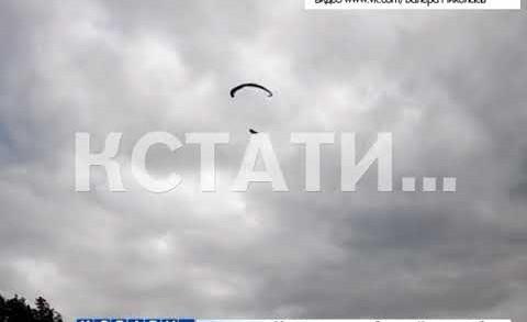 Смертельный экстрим — два парапланериста, полетевшие в плохую погоду, рухнули с многометровой высоты