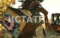 Анти-рекламная акция — незаконную рекламу бульдозером сносят с лица города
