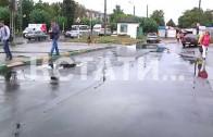 Мокрое дело — дорожники укладывают асфальт прямо в лужи