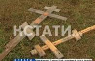 Могильные надгробия разбросаны по нижегородской набережной