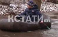 Гигантские лужи на Бору заставили жителей пересесть на лодки и подбрасывать детей в школу