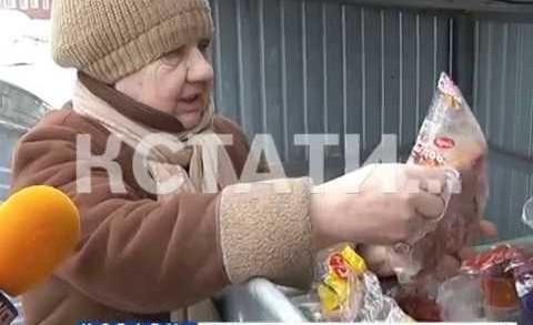 Хлебное кощунство — работники магазина забили мусорный бак хлебом