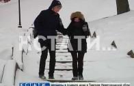 Занесенные снегом лестницы стали похожи на ледяные горки