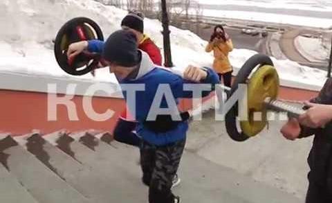 Чуть не сломался, но не сдался — юноша со стокилограммовой штангой покоряет Чкаловскую лестницу