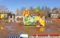 Грязные развлечения — власти Неклюдова загнали детей играть в болото