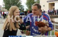 Петух удачи — талисман команды Франции, получил в подарок знаменитый французский болельщик
