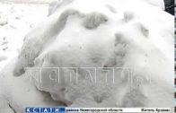 Чтобы спасти пешеходов, коммунальщики раздавили снегом автомобиль.