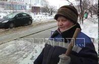 Креативный дворник работает в Автозаводском районе.