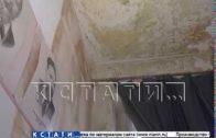 Скидывание сосулек с крыши на физкультурные маты — ноу-хау уборки в протекающей школе
