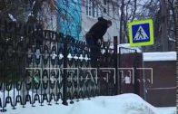 Акробатика от лени — пациенты и посетители лезут в 33 больницу через забор