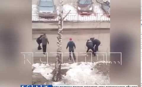 Голый молодой человек набросился на девушку на улице, а потом попытался уползти