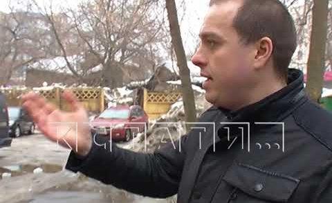 Ледовая авария — снежная глыба разбила автомобиль на улице Белинского