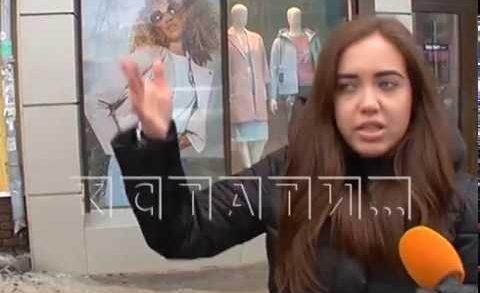 После того как третью девушку покалечила упавшая льдина, коммунальщики перебили вывески магазинов