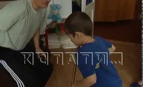 В детсаду ребенок получил перелом шейки бедра — сотрудники утверждают, что он просто споткнулся