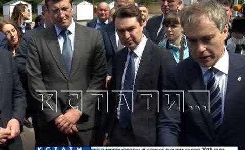 Вице-премьер Виталий Мутко знакомится с проблемами дольщиков и перспективами благоустройства.