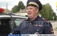 Прокатил с ветерком — непристегнутый водитель провез по асфальту сотрудника полиции