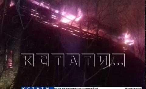 Чтобы спастись от пожара жителям Малой Покровской пришлось прыгать из окон горящего дома