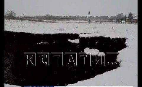 Дрожь земли — в Гагинском районе между жилых домов появилась воронка