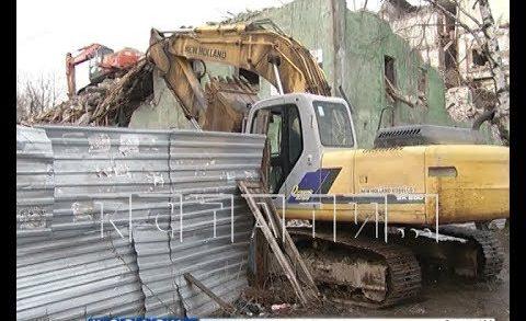 Многострадальный дом на улице Самочкина начали сносить