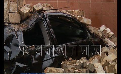 Рухнувшая кирпичная стена похоронила припаркованные автомобили