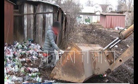 Опасный мусор — агрессивные мусорщицы бросились под бульдозер и напали с палками на журналистов