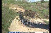 Черная река неизвестного происхождения загрязняет поля под Дзержинском