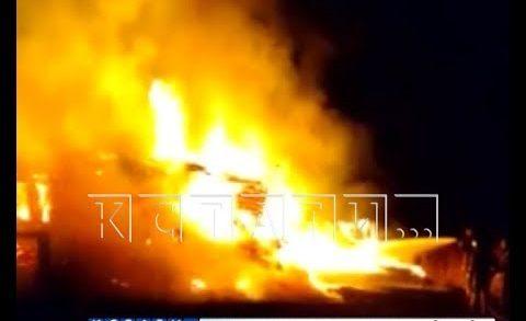 Неизвестные в деревнях поджигают пустующие дома