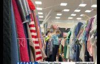 Продавцы в торговом центре указывают покупателям как нарушать санитарные нормы