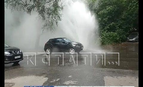 Фонтан кипятка забил выше многоэтажных домов в Нижегородском районе
