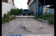 Жители пригородных деревень с помощью бетонных свай перекрыли дорогу автомобилям
