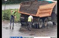 Ямочный ремонт с помощью земли делают дорожники в Арзамасе