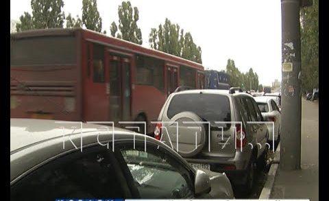 Массовые нарушения ПДД на Московском шоссе — водители игнорируют новую автобусную полосу