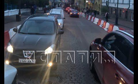 Пробка из автомобилей образовалось на пешеходной улице города