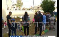 Родители с маленькими детьми выстроились в огромные очереди перед поликлиниками