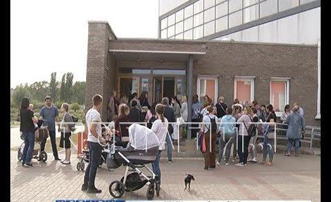 В гигантскую очередь руководство ФОКа загнало родителей воспитанников