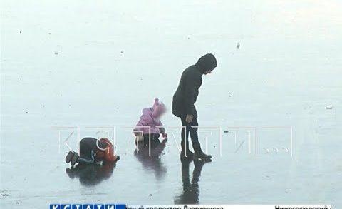 Прогулки с риском для жизни — родители с детьми и рыбаки гуляют по тонкому льду